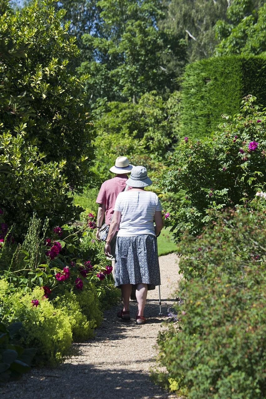elderly-couple-829305_1280