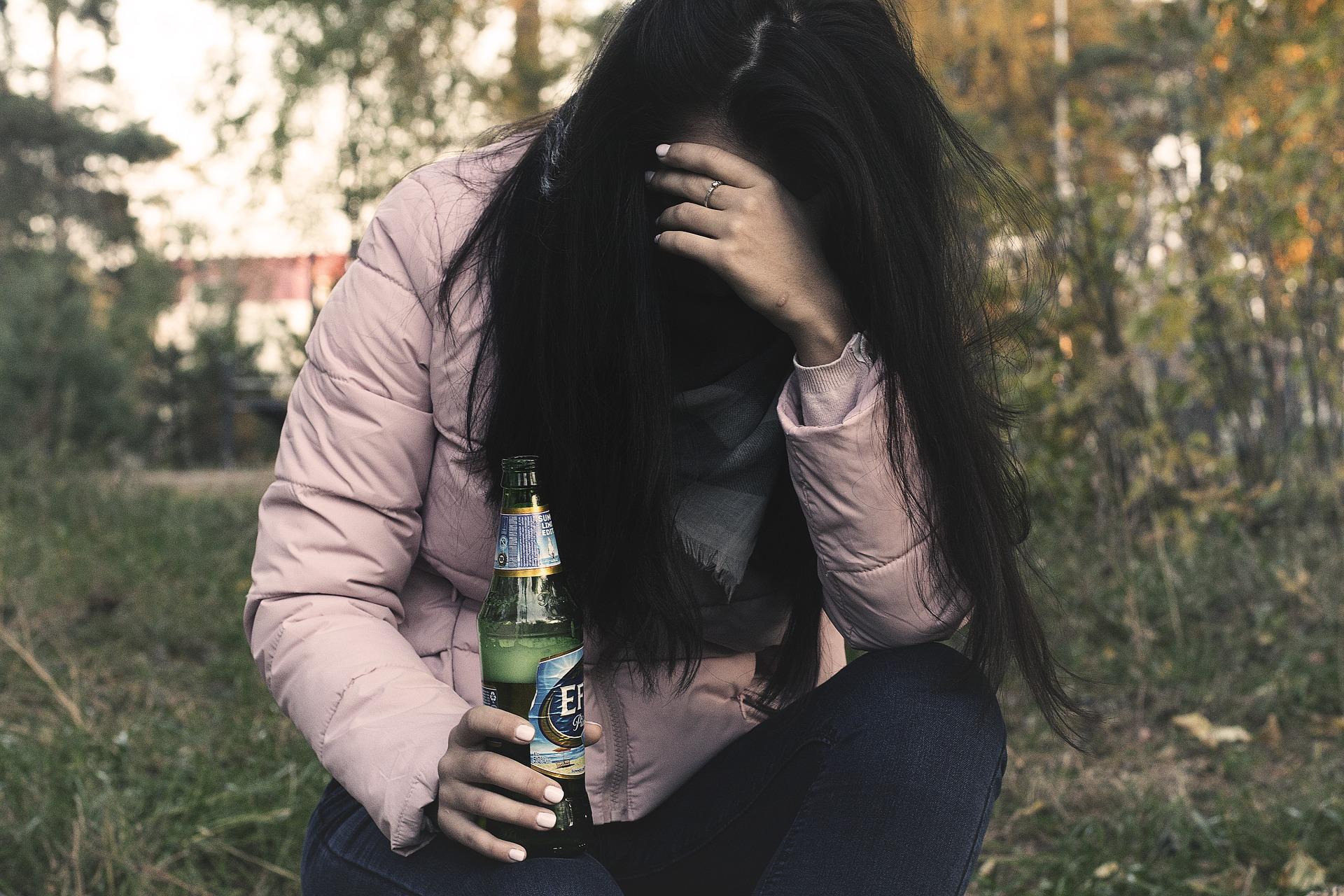 female-alcoholism-2847441_1920