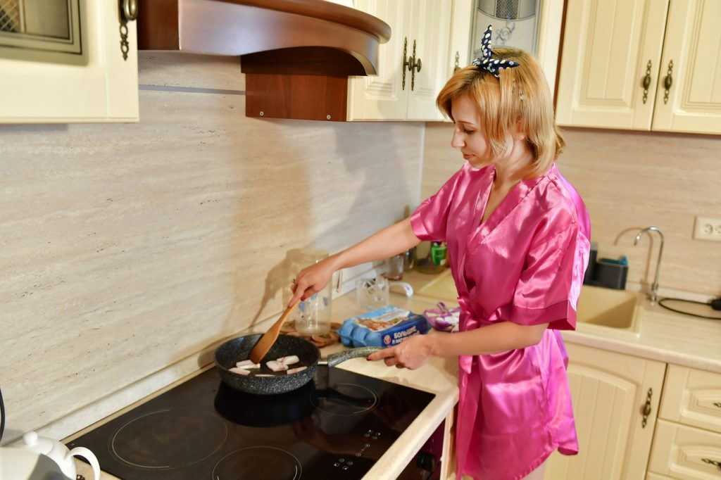 housewife-5509156_1280-1024x682